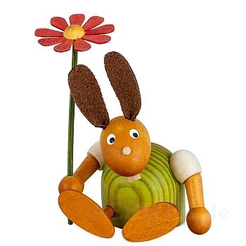 Hase mit Blume sitzend grün klein