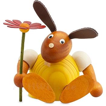 Hase mit Blume sitzend gelb mittel