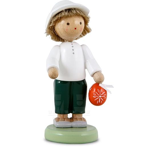 Junge mit sorbischem Osterei