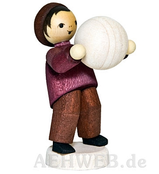 Junge mit Schneekugel tragend gebeizt