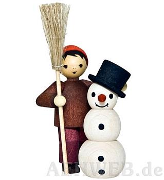 Junge mit Schneemann und Besen gebeizt