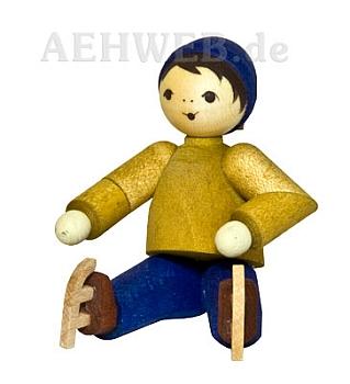Junge mit Schlittschuhen sitzend gebeizt