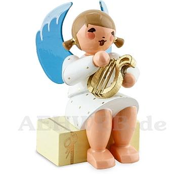 Engel sitzend auf Geschenkpaket mit Lyra weiß