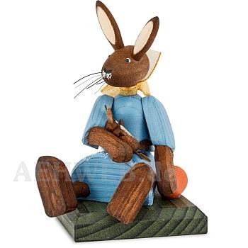 Hasenmädchen Kleid blau sitzend mit Puppe