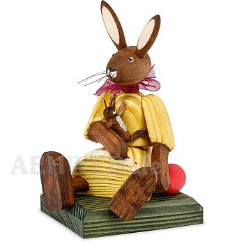 Hasenmädchen Kleid gelb sitzend mit Puppe