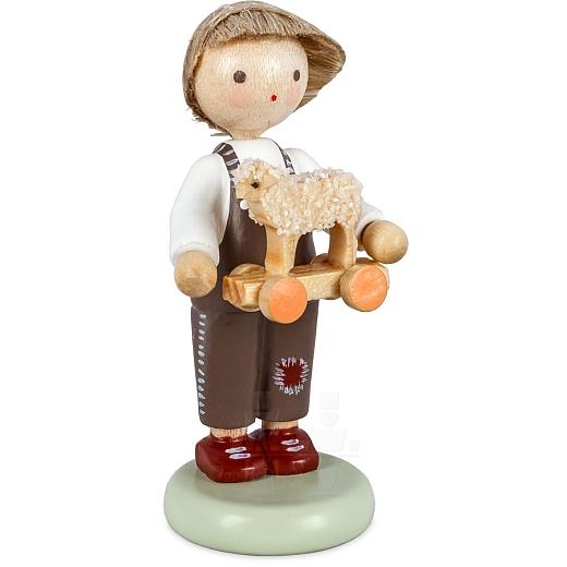 Junge mit Spielzeuglämmchen