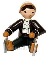 Junge mit Schlittschuhen sitzend braun