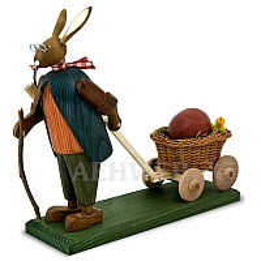 Osterhasengroßvater mit großem Ei