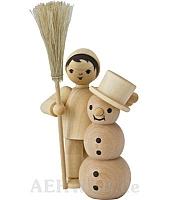 Junge mit Schneemann und Besen naturbelassen