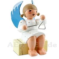 Engel sitzend auf Geschenkpaket mit Triangel weiß
