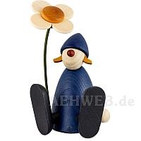 Gratulantin Lotta mit Blume sitzend blau