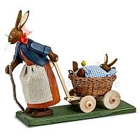 Osterhasengroßmutter mit Hasenbaby im Wagen