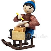 Junge auf Schlitten mit Paketen gebeizt