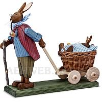 Osterhasengroßvater mit Hasenbaby blau im Wagen