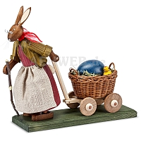 Osterhasengroßmutter mit großem Ei im Wagen